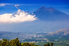 喷发活跃开火的火山,危地马拉 图库摄影