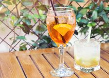 喷和caipirinha coctails,在夏天大阳台的两块玻璃 免版税库存照片