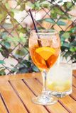 喷和caipirinha coctails,在夏天terrac的两块玻璃 免版税库存照片