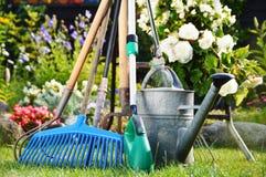 喷壶和工具在庭院里 免版税库存图片