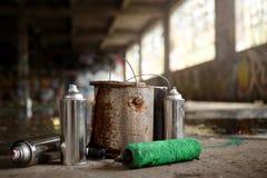 喷壶和绘画街道画成套工具在地面上离开  免版税图库摄影