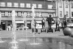 喷射喷泉在城市广场 免版税库存照片