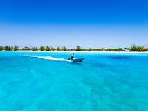 喷射在凉快的蓝色海 免版税库存图片