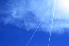 喷射气流线在蓝天背景的 免版税库存照片