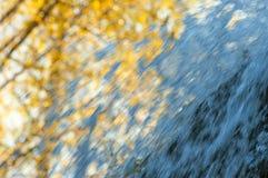 喷射瀑布秋天背景 免版税库存照片