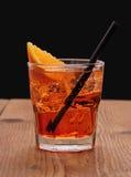 喷开胃酒、意大利橙色鸡尾酒和冰块 免版税库存照片