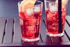 喷开胃酒与两个橙色切片和冰块葡萄酒样式的aperol鸡尾酒 库存照片
