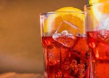 喷开胃酒与两个橙色切片的aperol鸡尾酒和与空间的冰块文本的 库存图片