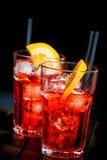 喷开胃酒与橙色切片和冰块的aperol鸡尾酒在黑背景 库存照片
