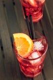 喷开胃酒与橙色切片和冰块的aperol鸡尾酒 库存图片