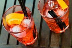 喷开胃酒与橙色切片和冰块的aperol鸡尾酒 免版税库存照片