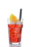 喷开胃酒与橙色切片和在白色隔绝的冰块的aperol鸡尾酒 免版税库存照片