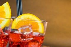 喷开胃酒与橙色切片的aperol鸡尾酒和与空间的冰块文本的 库存照片