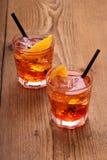 喷开胃酒,与冰块的两个桔子鸡尾酒 库存图片