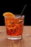 喷开胃酒-与冰块的橙色鸡尾酒 库存图片