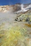 喷气孔,在堪察加火山口活火山的硫磺领域  免版税图库摄影