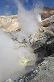 喷气孔,在堪察加火山口活火山的硫磺领域  免版税库存图片
