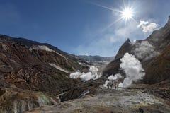 喷气孔,在火山口活跃穆特洛夫斯基火山火山的硫磺领域 免版税图库摄影