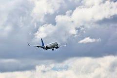 喷气式客机为着陆飞行  图库摄影