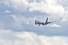 喷气式客机为着陆飞行  库存图片