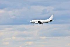 喷气式客机为着陆飞行  免版税库存照片