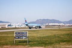 喷气式客机从机场跑道用途的飞机飞行旅行的 免版税库存图片