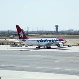 喷气式客机在开普敦机场 图库摄影