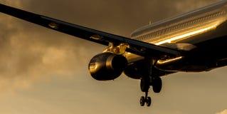 喷气式客机在日落的接进着陆 库存图片