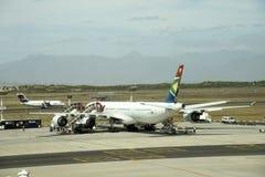 喷气式客机在机场 免版税图库摄影