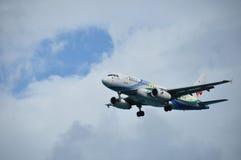 喷气式客机接近的机场 免版税库存照片