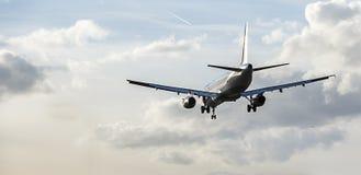 喷气式客机接进着陆 库存图片