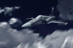 喷气式歼击机战争飞机飞行在攻击使命的晚上 免版税库存照片