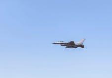 喷气式歼击机在蓝天背景的军用飞机飞行 免版税库存照片