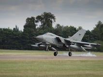 喷气式歼击机在跑道的航行器着陆 免版税图库摄影