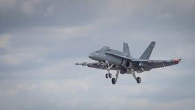 喷气式歼击机在跑道的航行器着陆 免版税库存照片