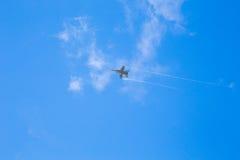 喷气式歼击机顶上的飞行 库存图片