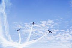 喷气机与烟的飞机飞行 免版税库存图片