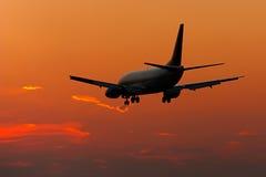 喷气机使飞机降落剪影 图库摄影