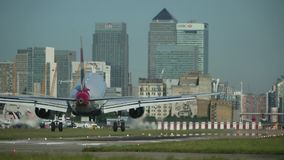 喷气机土地在城市机场-摩天大楼哼声 股票视频