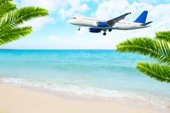 喷气机在海海滩的飞机着陆 免版税图库摄影