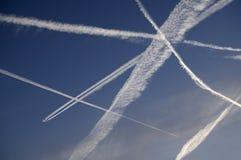 喷气机在清楚的蓝天的蒸气足迹 库存图片