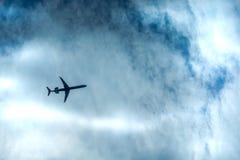 喷气机在距离的飞机飞行看法  免版税库存图片