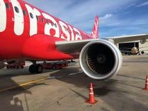 喷气机引擎在泰国亚洲航空,在停车场停放的空中客车A320飞机的保护下引起推力 免版税库存图片
