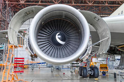 喷气机引擎开放和准备好在飞机棚里面的维护 库存照片