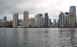 喷气机滑雪者头到在迈阿密地平线风暴接近前面的海 股票视频