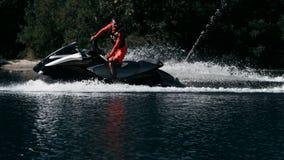 喷气机滑雪车手中止和认为路路线 驾驶水自行车的人在夏天 股票视频