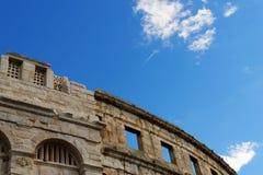喷气机的转换轨迹在古老罗马圆形剧场上的普拉的,克罗地亚 免版税库存照片