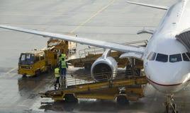 喷气机被装载行李和燃料 库存图片