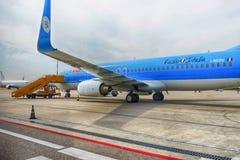 喷气机飞行在维罗纳机场 库存图片