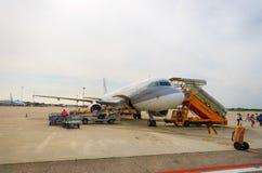 喷气机飞行在维罗纳机场 库存照片
